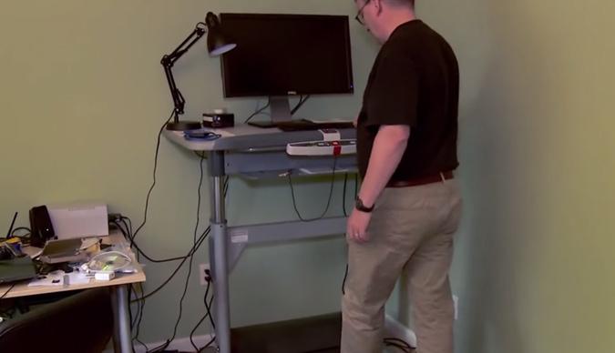 comment linus torvalds travaille debout sur un tapis roulant sciences numerama. Black Bedroom Furniture Sets. Home Design Ideas