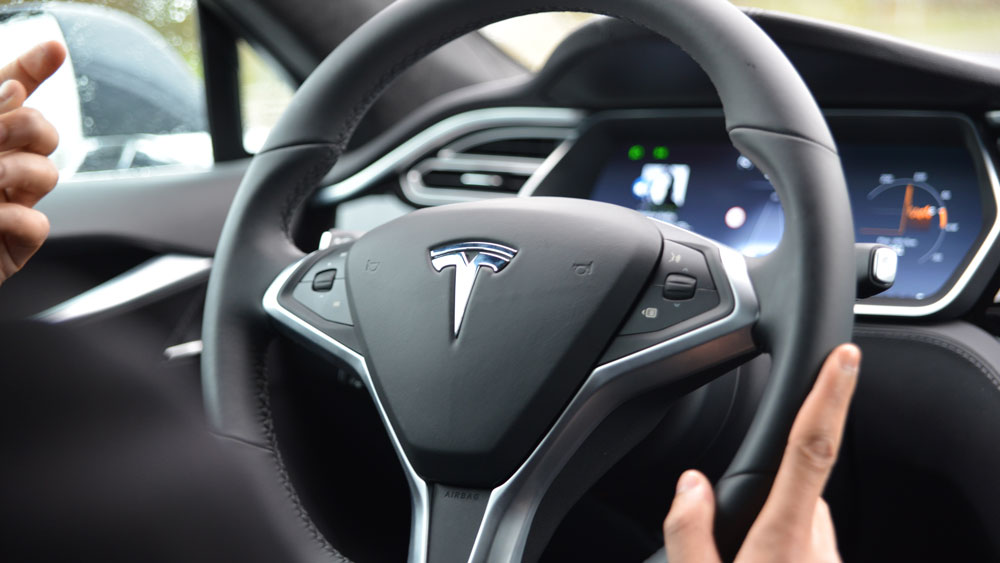 tesla model s notre test du pilotage automatique tech numerama. Black Bedroom Furniture Sets. Home Design Ideas