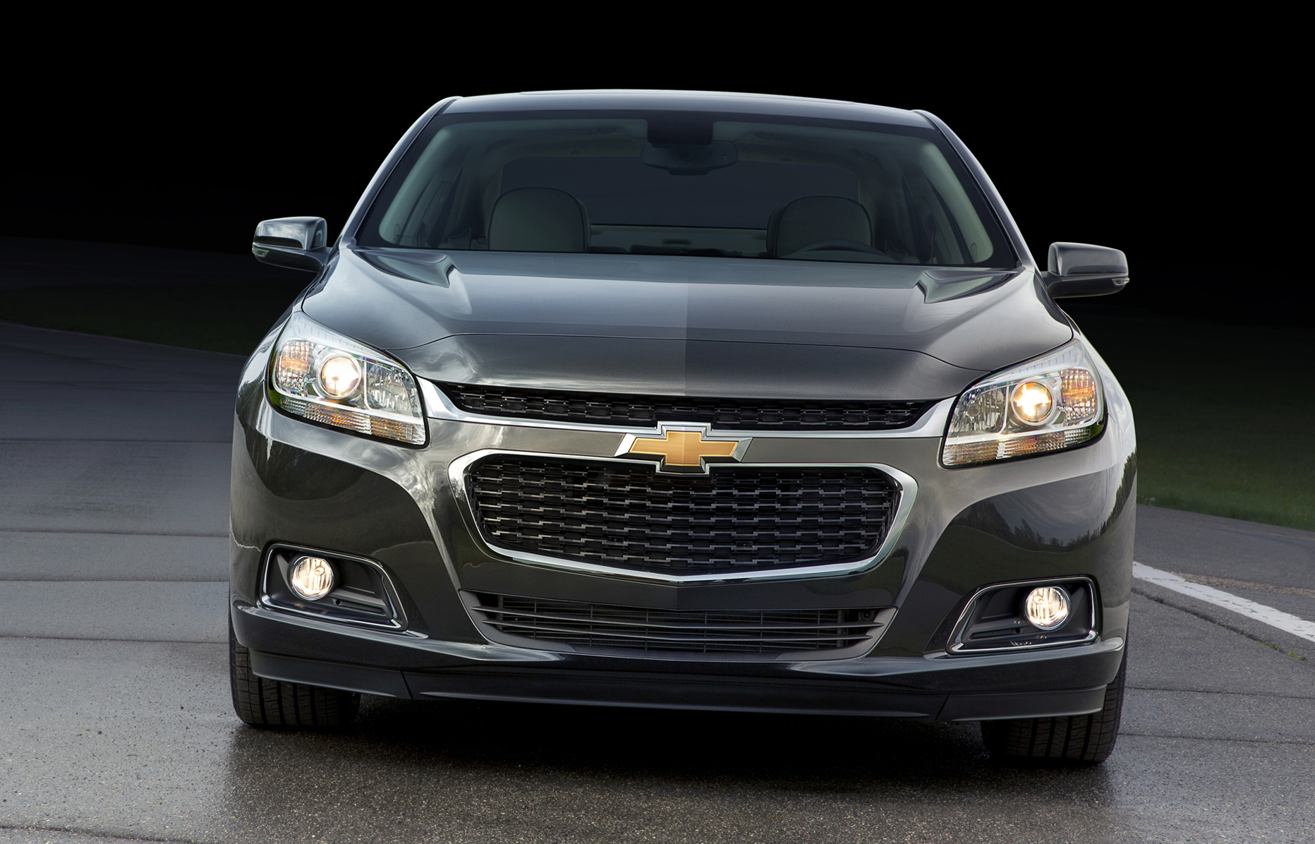 The 2014 Malibu's front fascia features a new, more prominent lower grille and the hood extends down and over the leading edge of a narrower upper grille.</span> <span class=