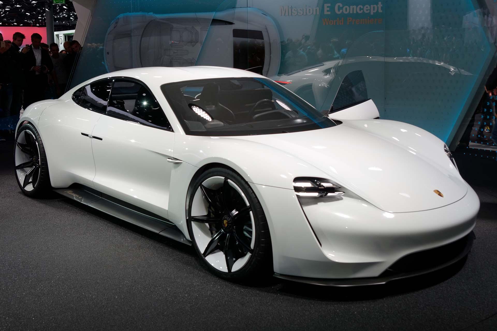 Porsche recrute tour de bras pour sa voiture lectrique for Porsche mission e interieur