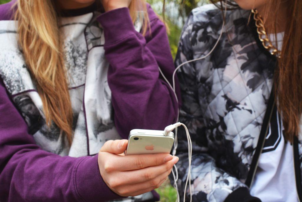 people-hand-iphone-smartphone