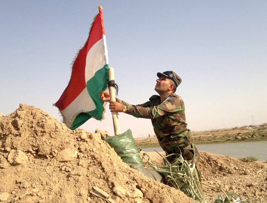 Soldat peshmerga, CC https://www.flickr.com/photos/kurdishstruggle/15651064375/in/photolist-pR2Nav-CCHu4-p914LV-rvdDuC-rfVUPf-9ug7ug-oMP4sy-FXvA-9vdZCp-p4uW2g-oLMsrb-8PNLzB-pFpPAn-5BiGJb-qWnyWZ-Dz9B6-2pyAX-puEAGg-5uYPtg-pQAjXK-p3eD7R-pjEd8k-Dz9Bd-6CKV1n-aVWQvv-bdpwAx-5pSBGD-5cZv3S-CCHu3-bdpwAR-xkvT-pRBFBi-552k6-5ubBW2-aqmxVQ-2hPG63-p99z1r-p4NjeF-7dT6Rf-p63yQk-poZJFT-2zaL8f-5BtDG-5ufW5f-5ufN5N-DGJG5-DGK52-4BFbeB-2pyAY-6gLA26