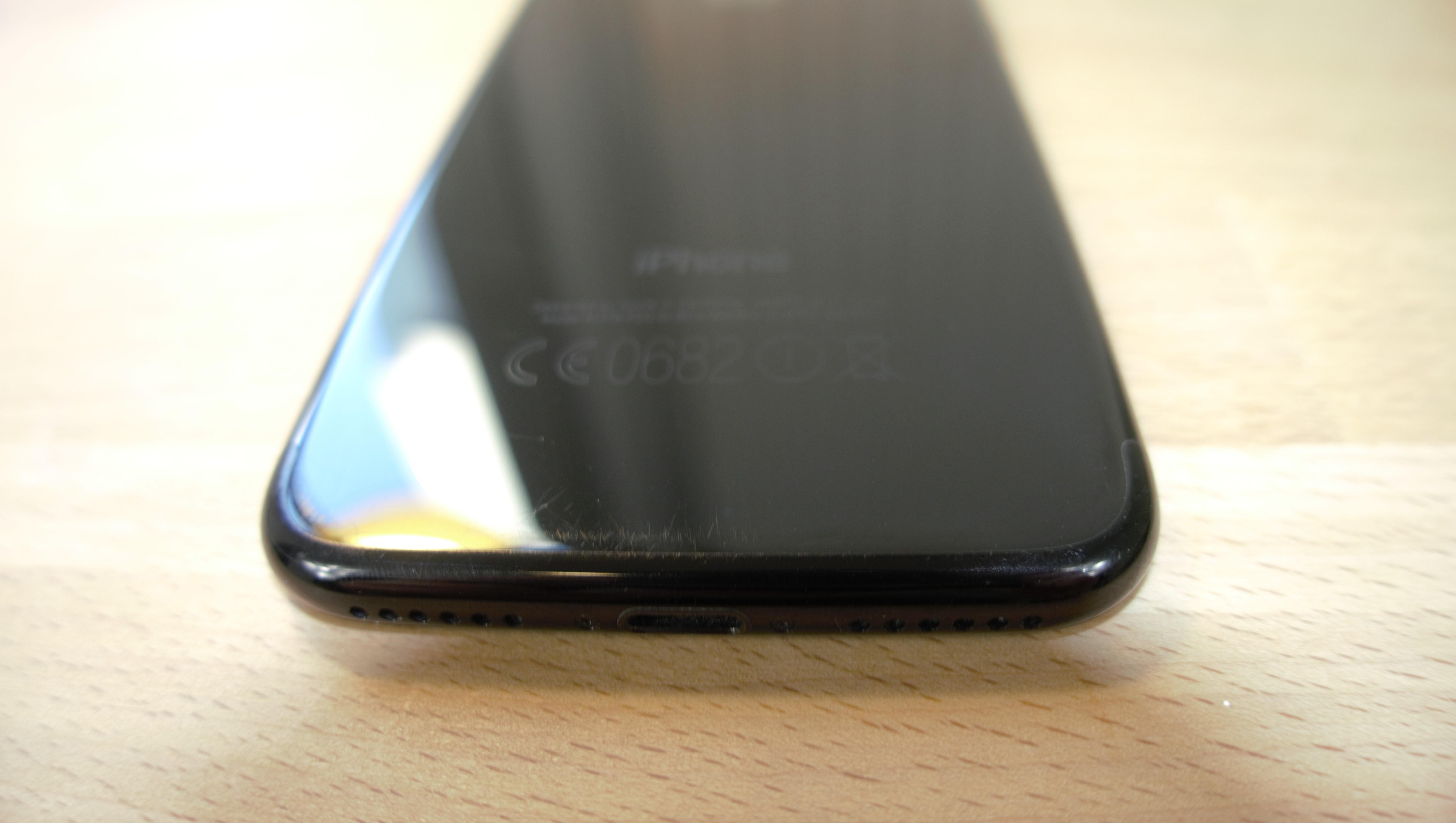 notre iphone 7 noir de jais est couvert de rayures apr s 10 jours dans une poche tech numerama. Black Bedroom Furniture Sets. Home Design Ideas