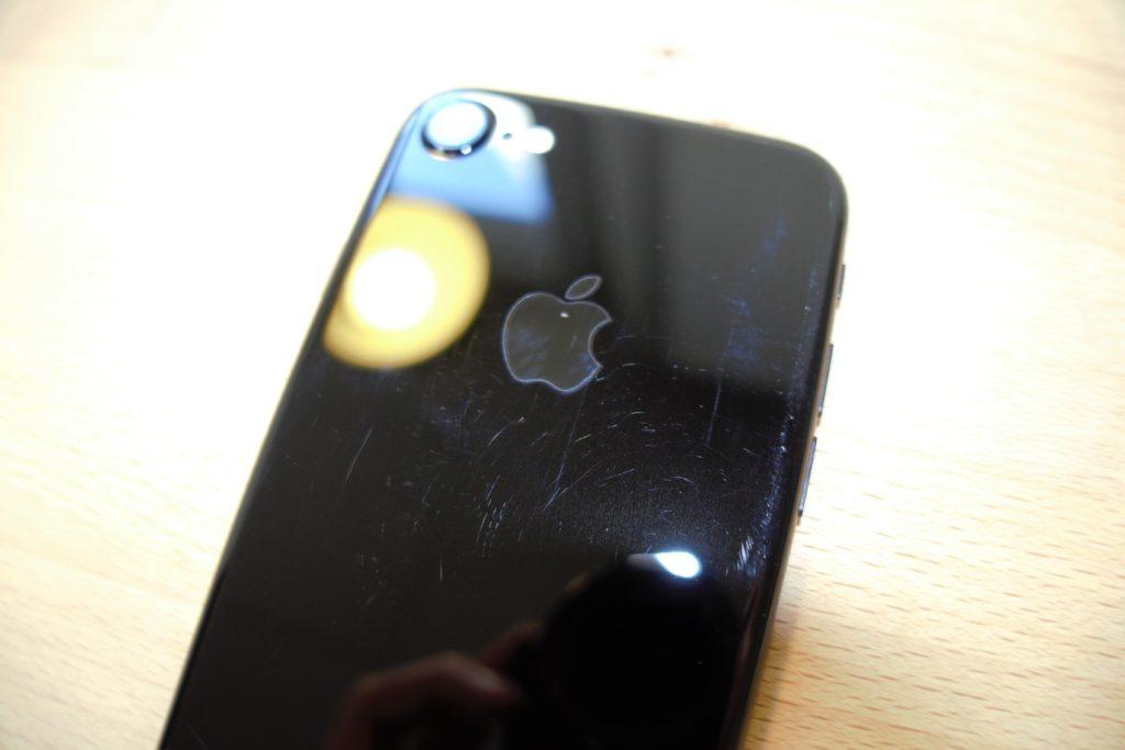 478599e2af1 Notre iPhone 7 noir de jais est couvert de rayures après 10 jours dans une  poche - Numerama | iTrackr