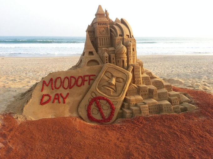 smartphone-addiction_moodoff-day_sand-sculptures