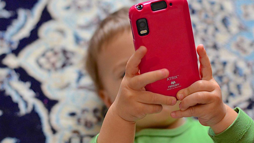 enfant-smartphone-telephone-bebe