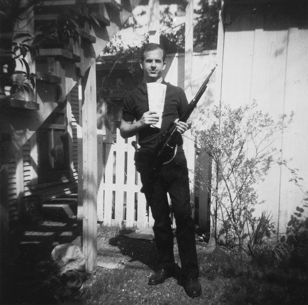 La photo à charge retenue contre Lee Harvey Oswald,, avec l'arme du crime, considérée par de nombreux sceptiques comme un photo-montage. Credit : Marina Oswald
