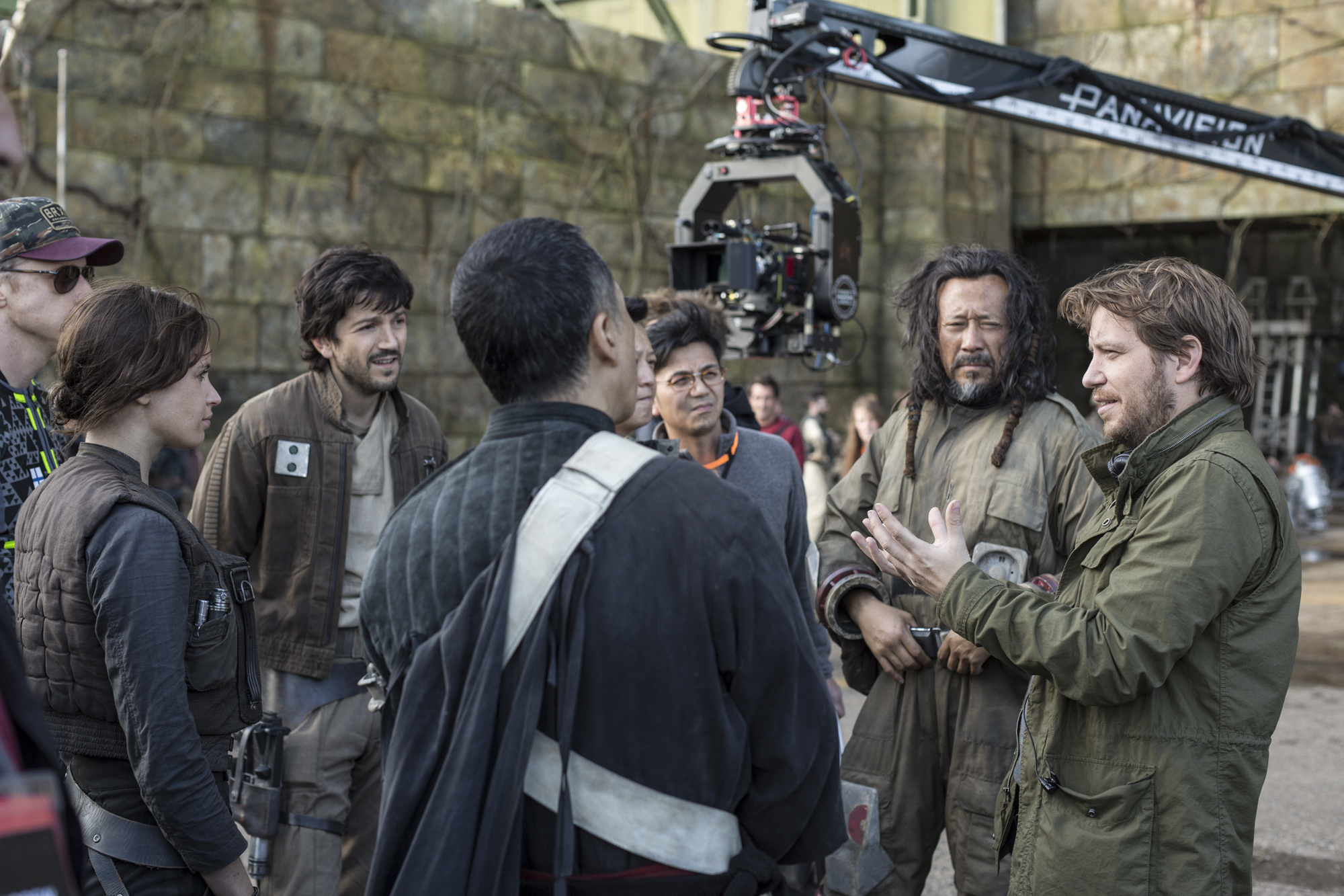 Rogue One: A Star Wars Story..L to R: Alan Tudyk (K-2SO), Felicity Jones (Jyn Erso), Diego Luna (Cassian Andor), Donnie Yen (Chirrut Imwe), Jiang Wen (Baze Malbus), and Director Gareth Edwards on set. ..Ph: Jonathan Olley..© 2016 Lucasfilm Ltd. All Rights Reserved.