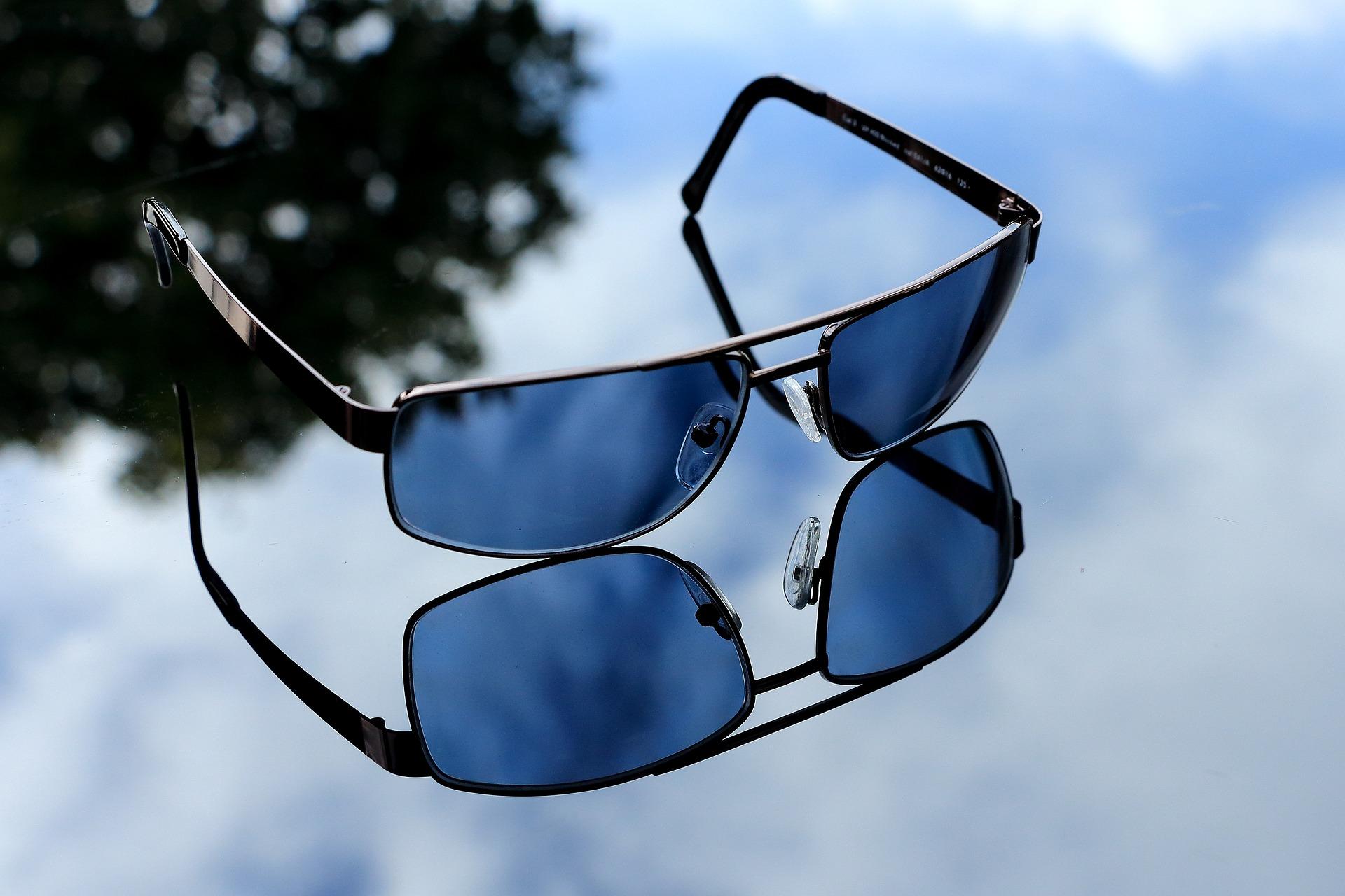 Des lunettes de soleil en guise de carte bleue — Visa