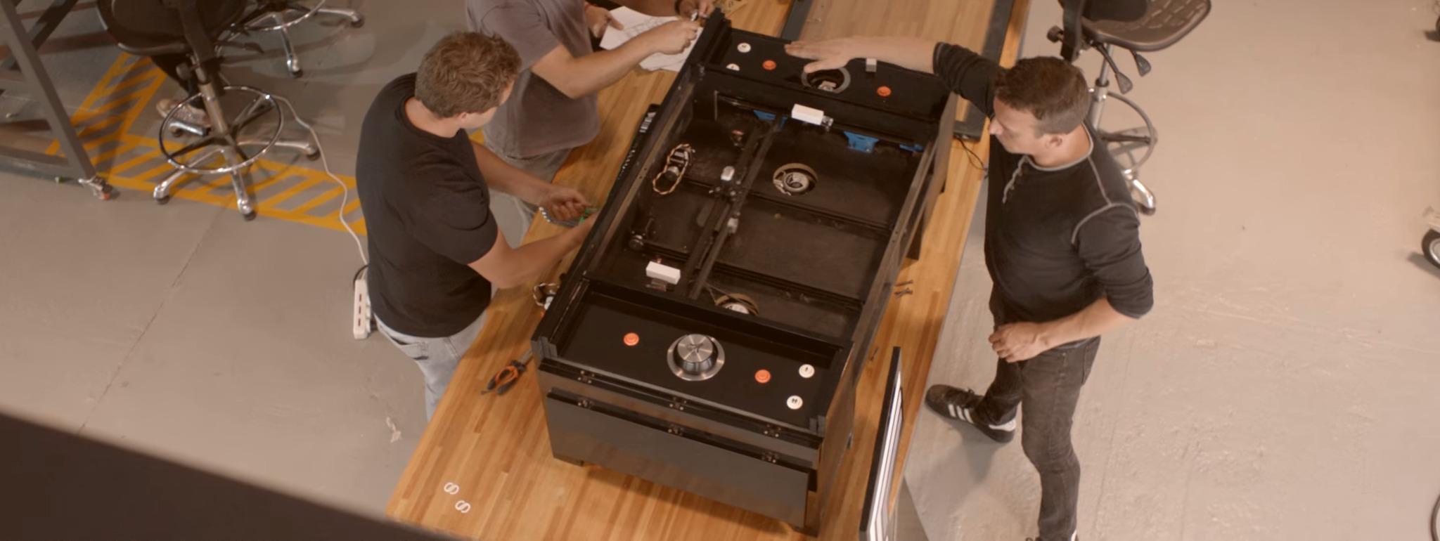 La table pong reproduit m caniquement le jeu pong sur une - Que mettre sur une table basse ...