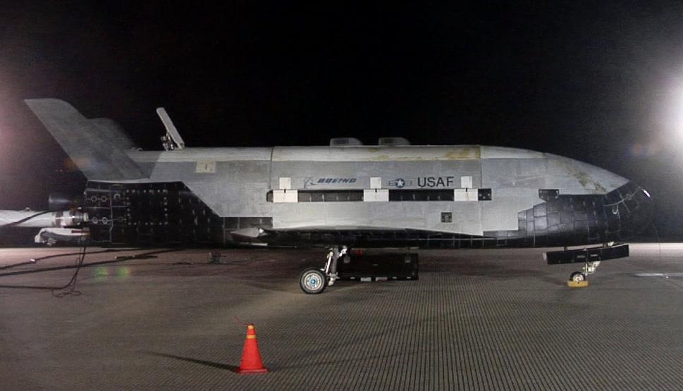 Des nouvelles du X-37B,le prototype secret d'un drone spatiale américain - Page 2 Boeing_x-37b_after_landing_at_vandenberg_afb_3_december_2010