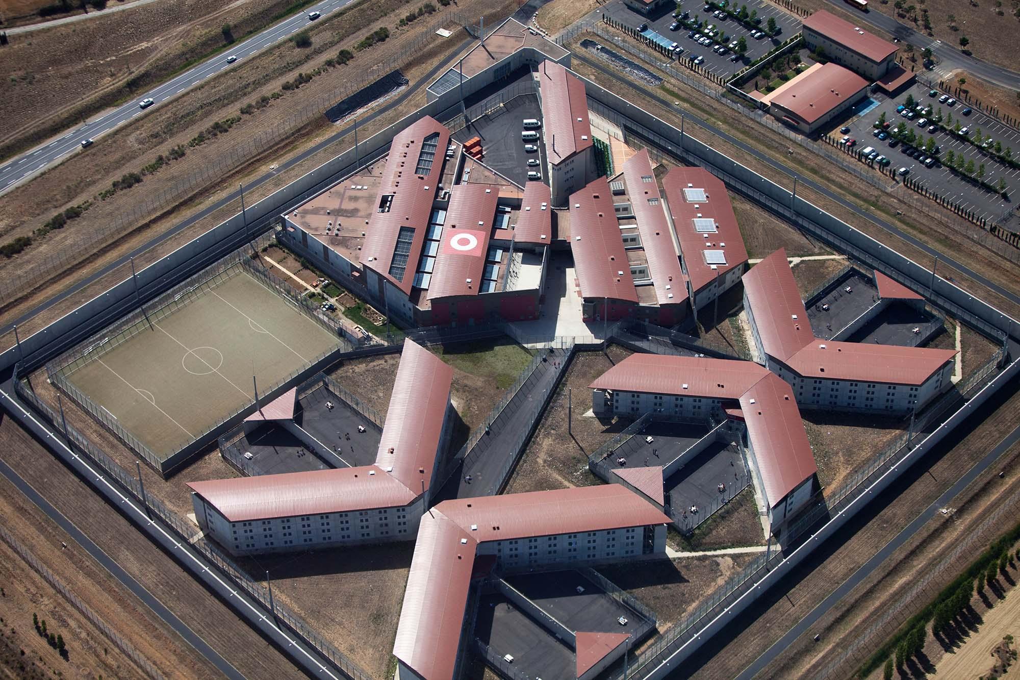 un drone a survol une prison que risque son propri taire politique numerama. Black Bedroom Furniture Sets. Home Design Ideas