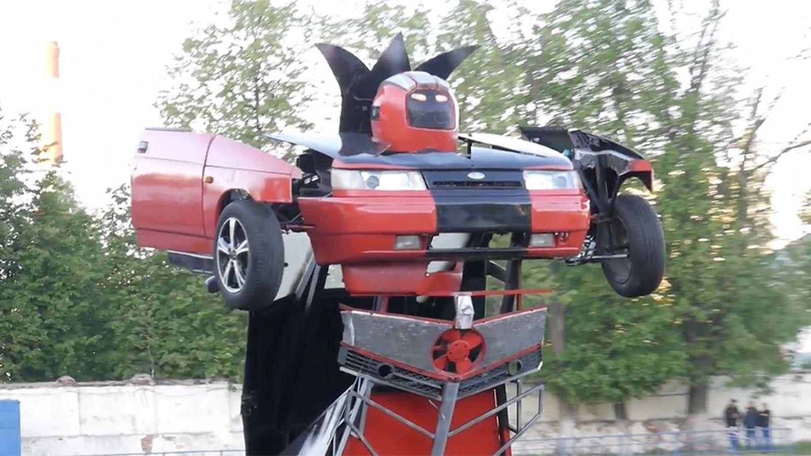 transformers irl deux russes inventent la lada qui se transforme en robot arm tech numerama. Black Bedroom Furniture Sets. Home Design Ideas