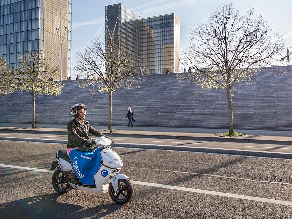 gogoro vs cityscoot la guerre du scooter en libre service s 39 ouvre paris business numerama. Black Bedroom Furniture Sets. Home Design Ideas