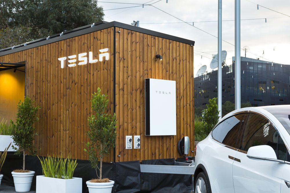 tesla fait la d monstration de ses panneaux solaires avec une tiny house tech numerama. Black Bedroom Furniture Sets. Home Design Ideas