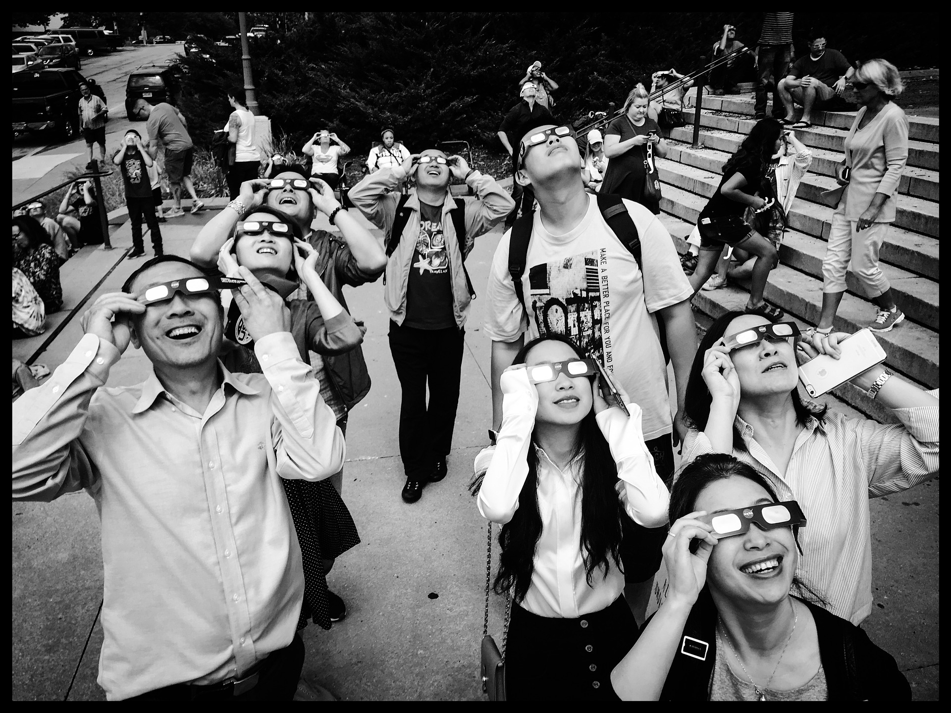 Pour admirer l'éclipse, des Américains s'enduisent les yeux de crème solaire