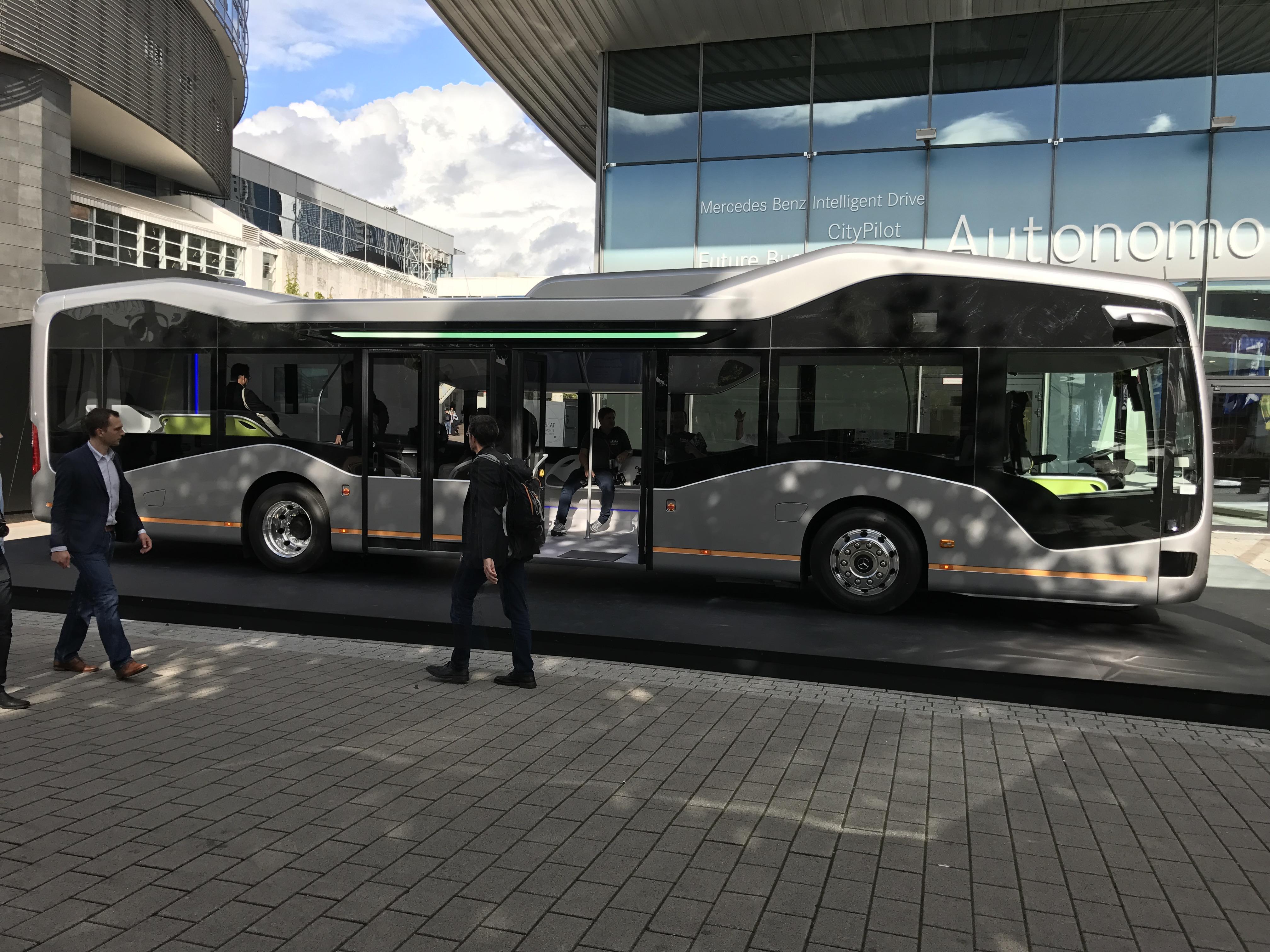 on a vu le future bus autonome de mercedes il est plus ou moins pr t contrairement aux lois. Black Bedroom Furniture Sets. Home Design Ideas