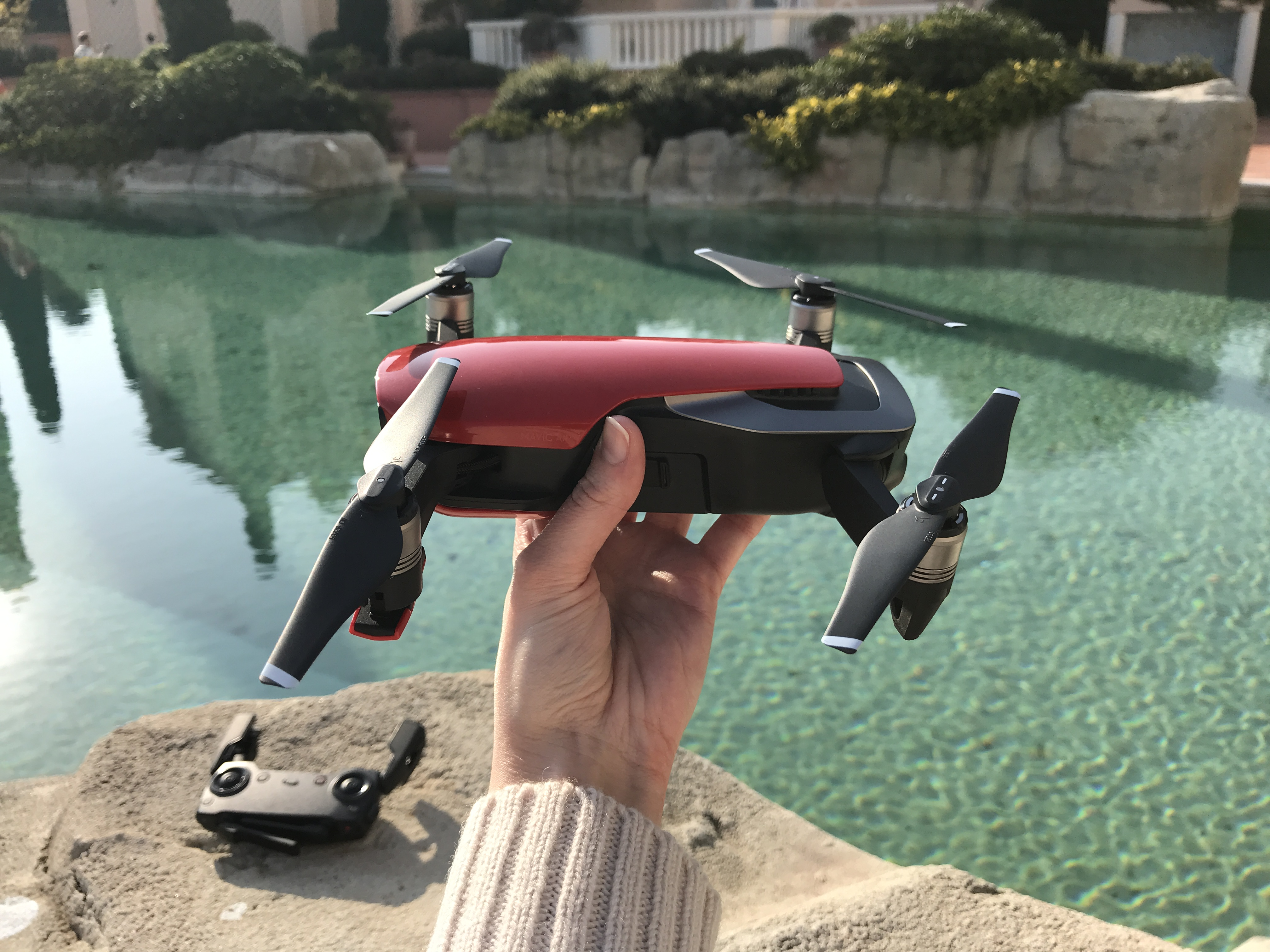 678fc7f64bd ... drones, et/ou rebutée par la taille imposante de certains modèles comme  le Mavic Pro ou le Phantom. La manette elle-même est repliable, permettant  un ...