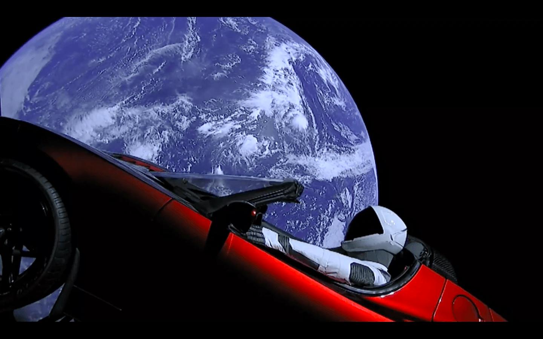 vous pouvez regarder en direct le mannequin de spacex au volant de la tesla dans l 39 espace. Black Bedroom Furniture Sets. Home Design Ideas