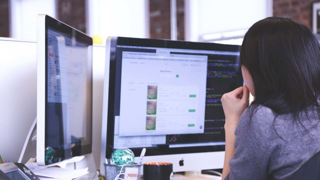 femme-informatique-ordinateur-pc-travail