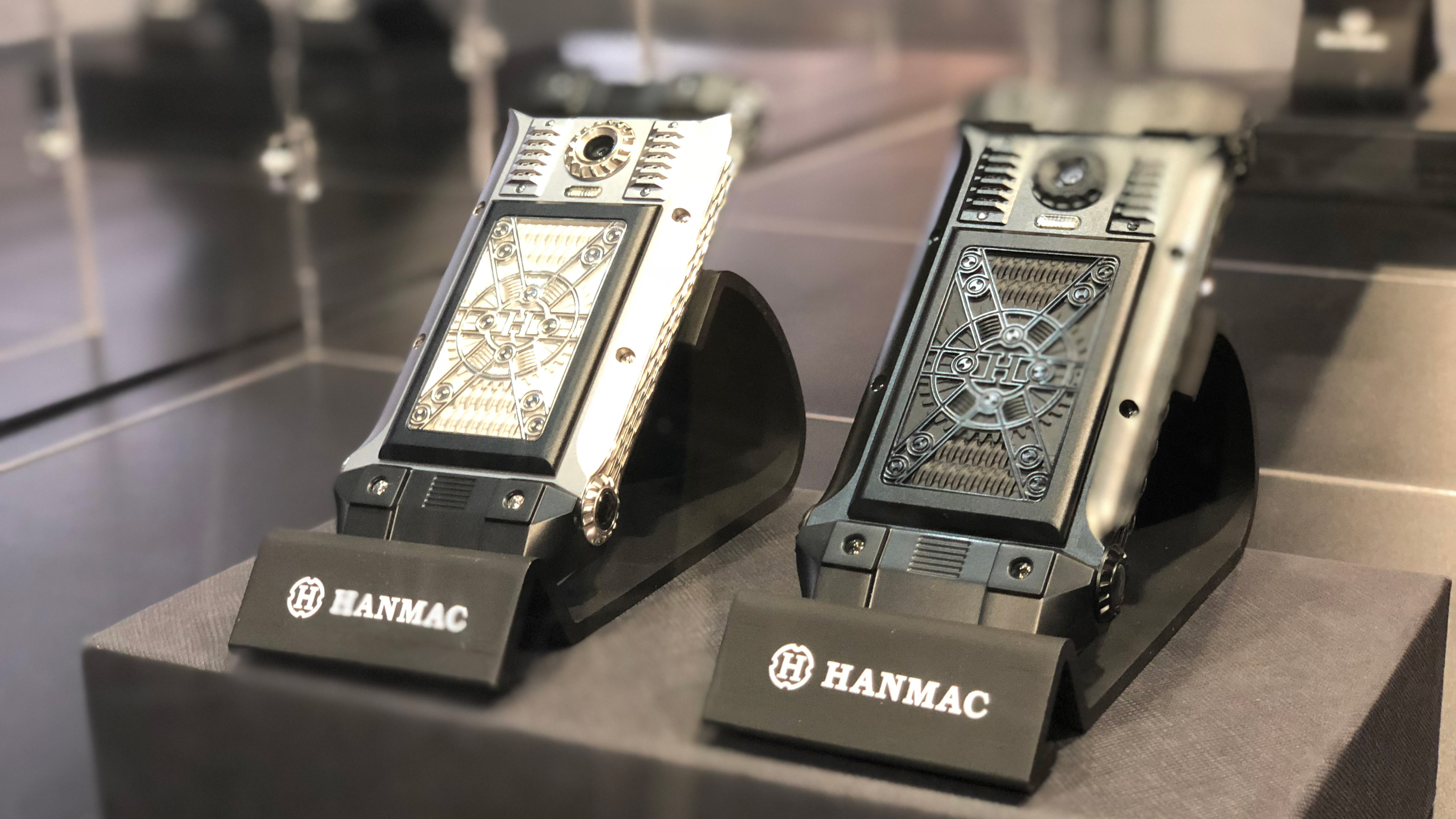 Aucun smartphone ne ressemble à quelque-chose que vous pourriez trouver en  Europe. Ici, les armatures de métal semblent tout droit sorties d un  Warhammer ... d44b4483ba0
