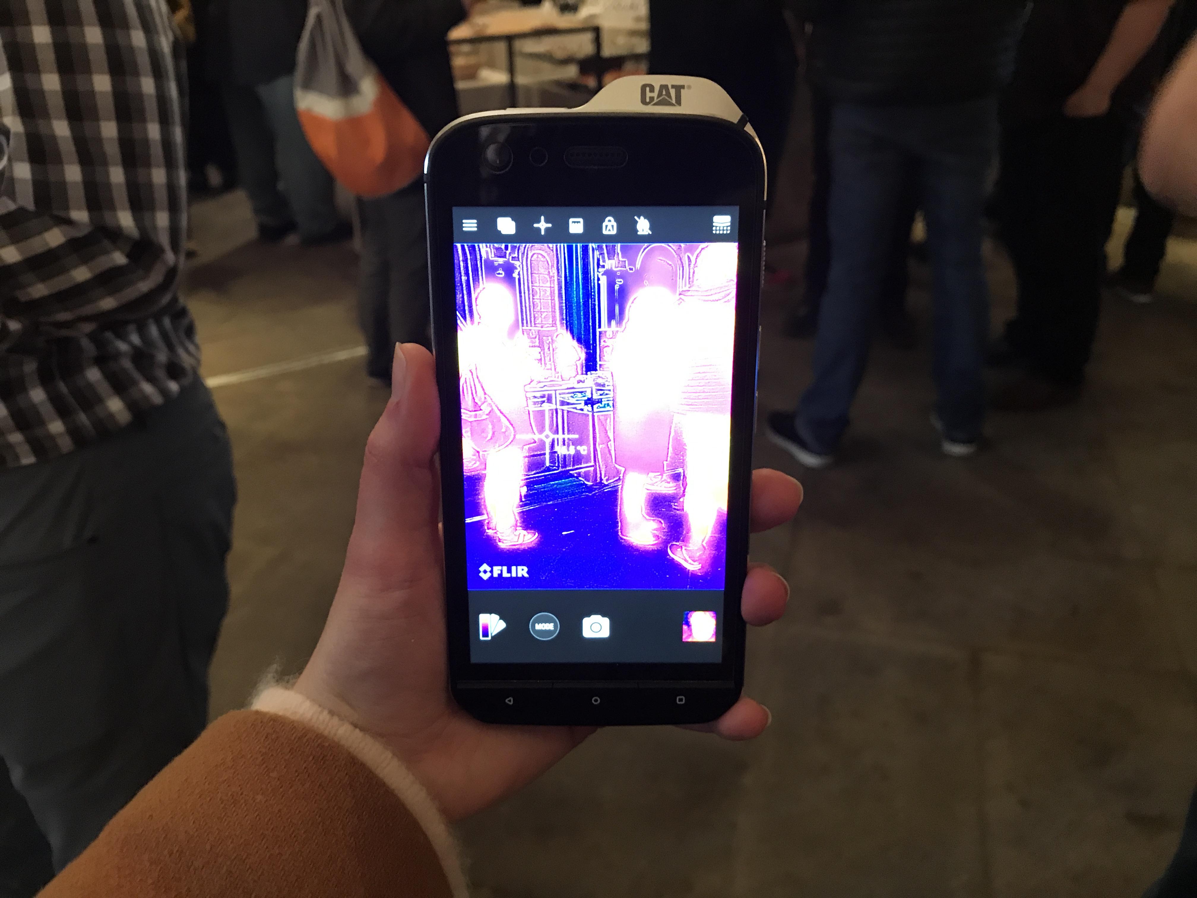 au mwc caterpillar d voile un smartphone tout terrain avec une cam ra thermique tech numerama. Black Bedroom Furniture Sets. Home Design Ideas