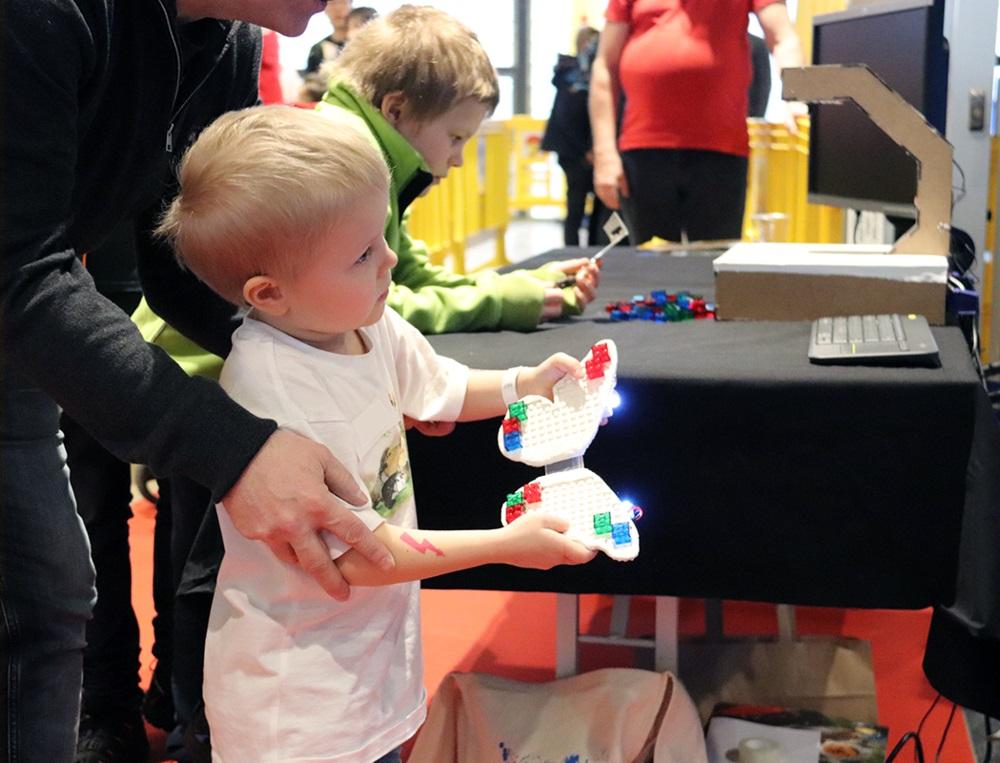 Un enfant avec une manette Lego high-tech