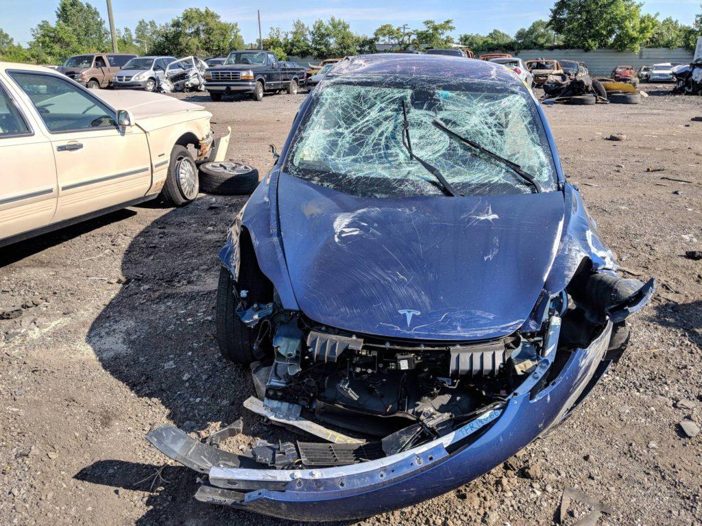 Impressionnant Model Sur En TeslaUn Accident La Rassure 3 Yb76Ifvyg