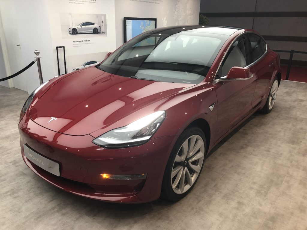 la model 3 de tesla est expos e paris pendant 2 semaines. Black Bedroom Furniture Sets. Home Design Ideas