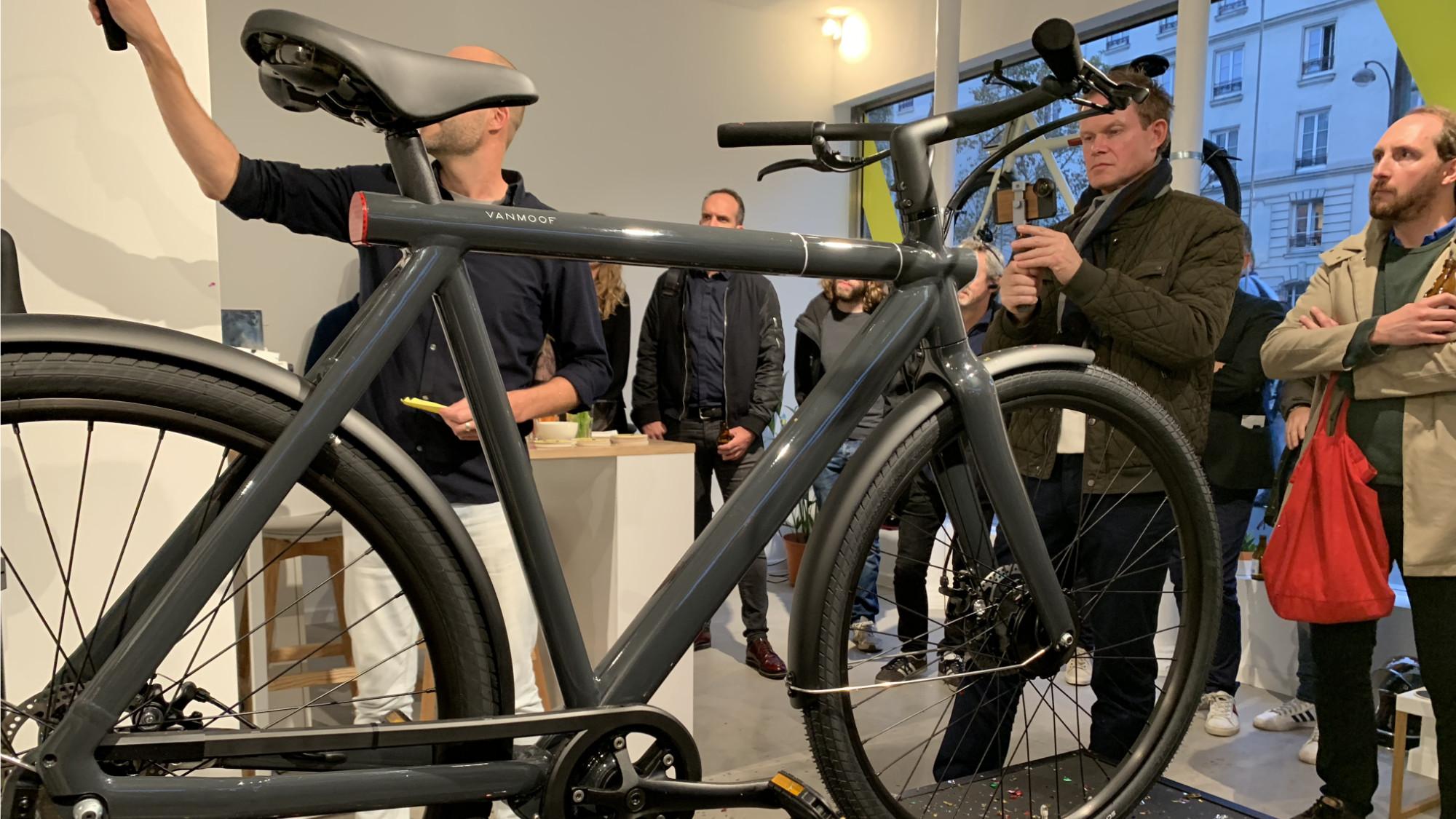 Le Tesla des vélos » VanMoof pose ses valises en France et
