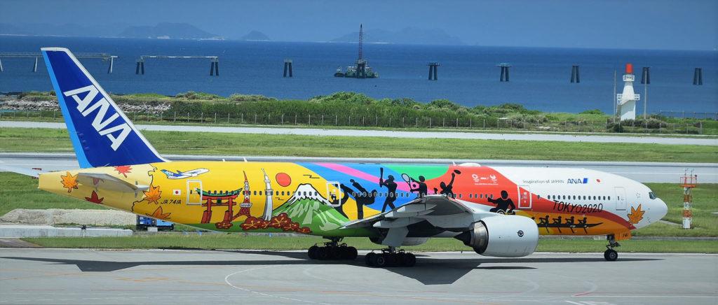 Un avion faisant la promotion des JO de 2020 au Japon