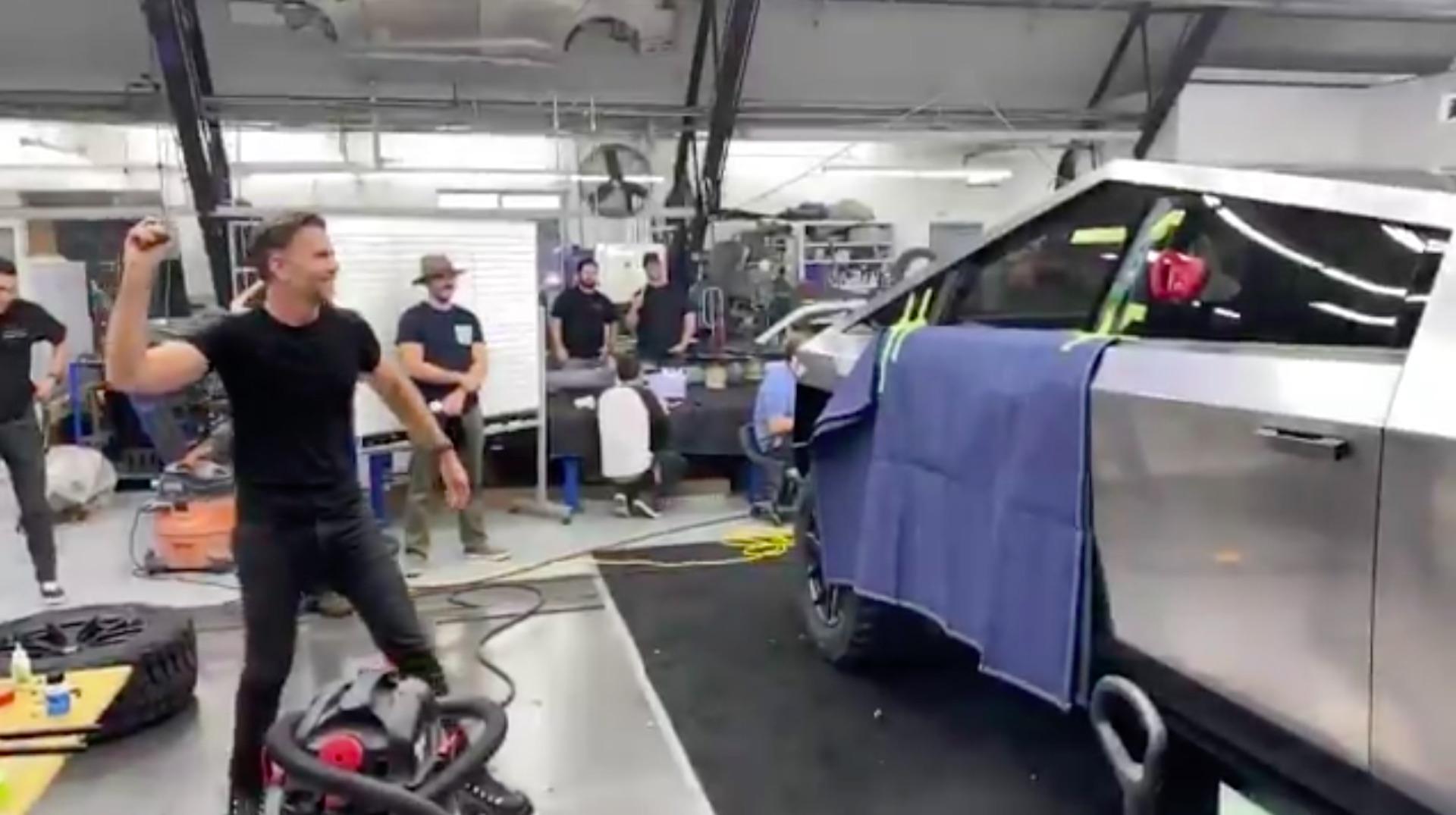 Cybertruck : Elon Musk publie une vidéo pour montrer que la vitre n'aurait pas dû se casser