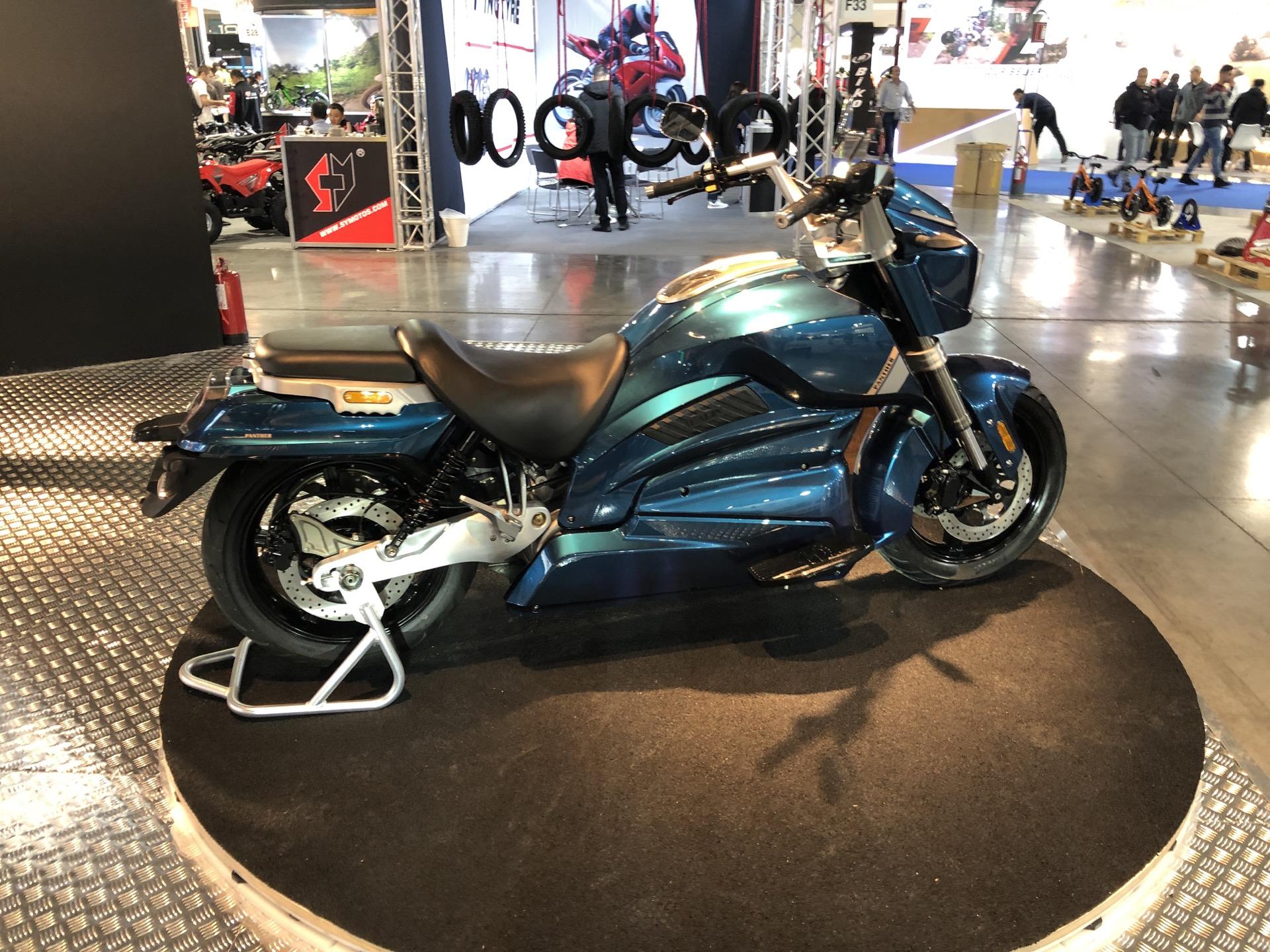 On a découvert la mystérieuse moto électrique de Hadin : le cheap, c'est pas très chic