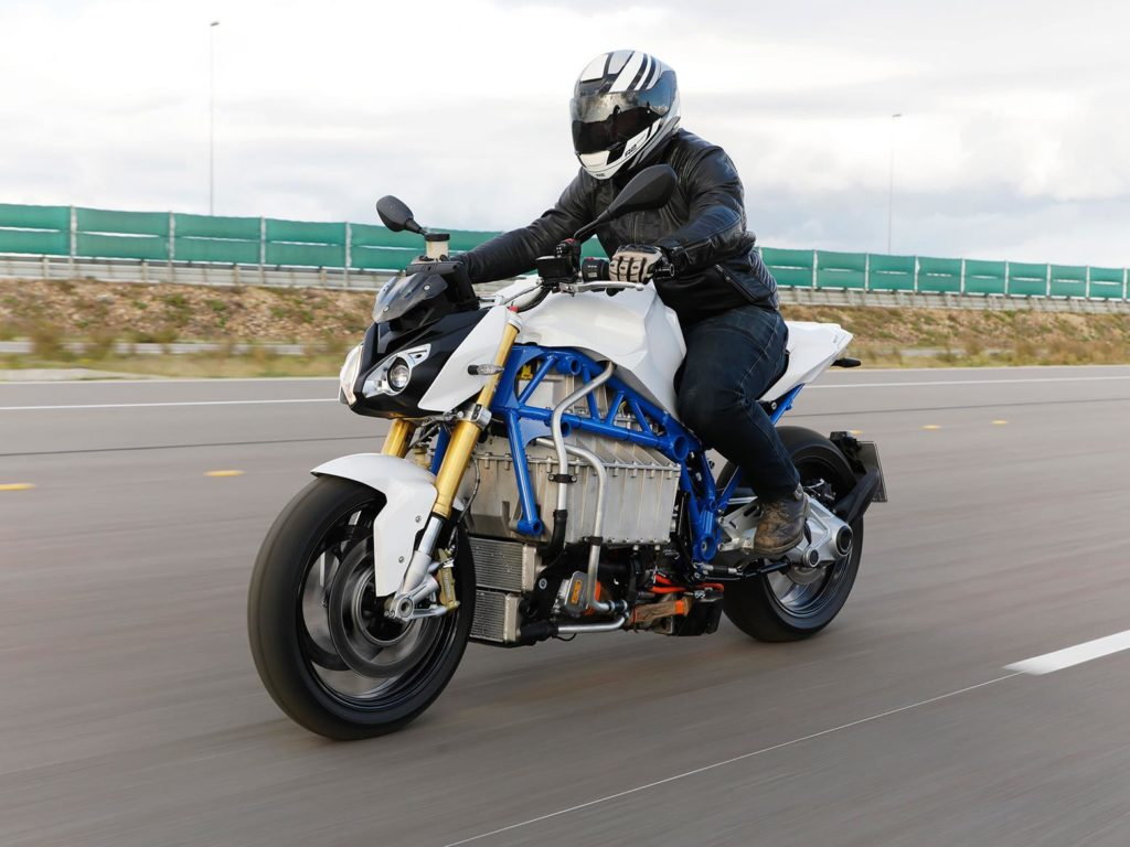 https://www.numerama.com/content/uploads/2019/12/bmw_e_roadster_riding-1024x768.jpg