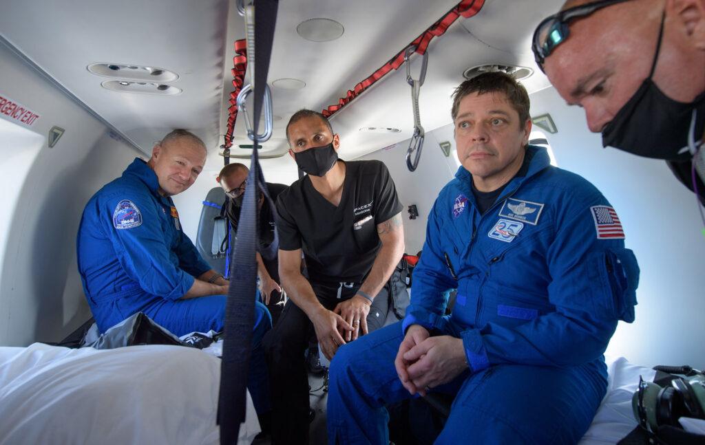Robert Behnken et Douglas Hurley hélicoptère
