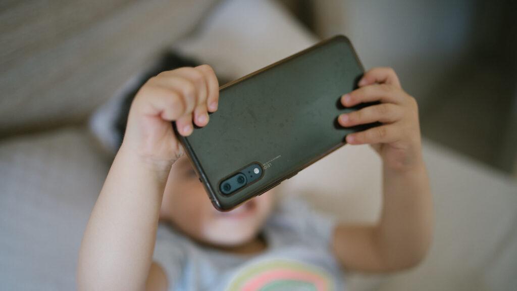 enfant jeune smartphone selfie