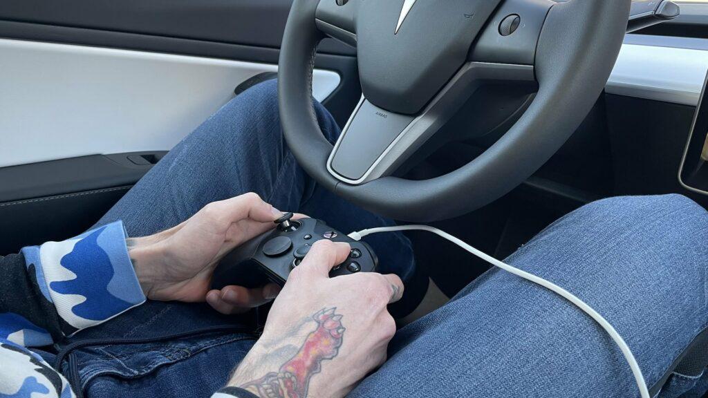 Actualités - 2021 Oui, on peut (presque) finir l'exigeant jeu vidéo Cuphead dans une Tesla