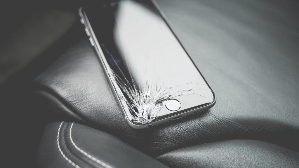 smartphone cassé brisé fissuré écran