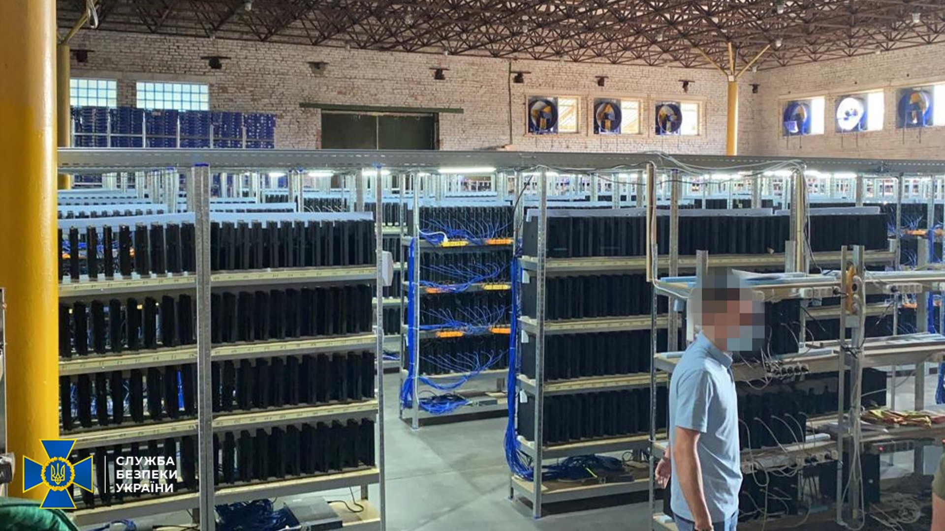 Soupçonnées miner des bitcoin, les PS4 d'un hangar ukrainien accumulaient en réalité un autre type de monnaie virtuelle, utile uniquement sur le jeu FIFA.
