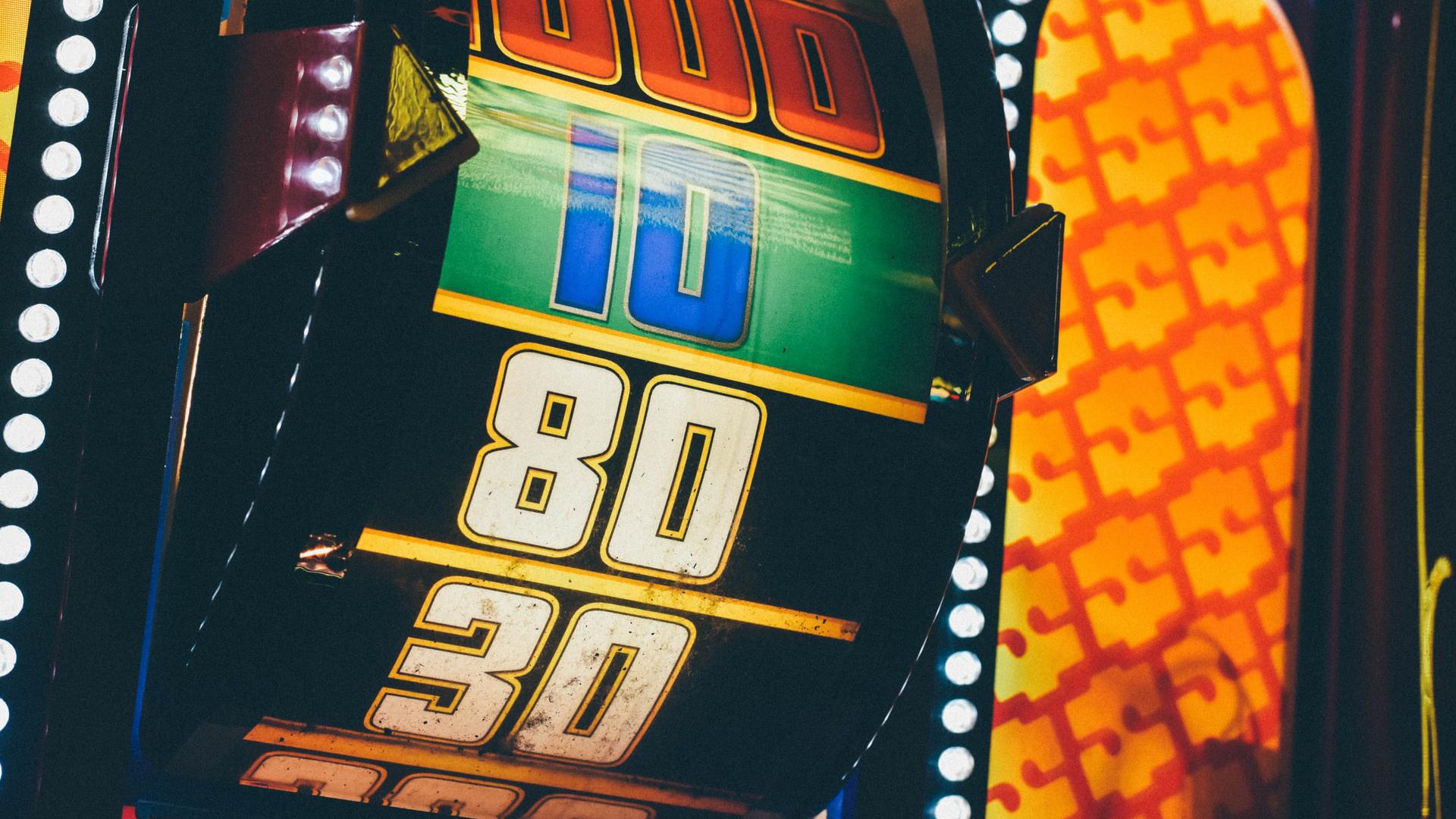 Une enquête du magazine américain Wired montre que certains streameurs font la promotion de sites de paris interdits aux États-Unis, et qu'ils se font payer pour le faire. La popularité de ces casino crypto explose sur Twitch, où les mineurs peuvent