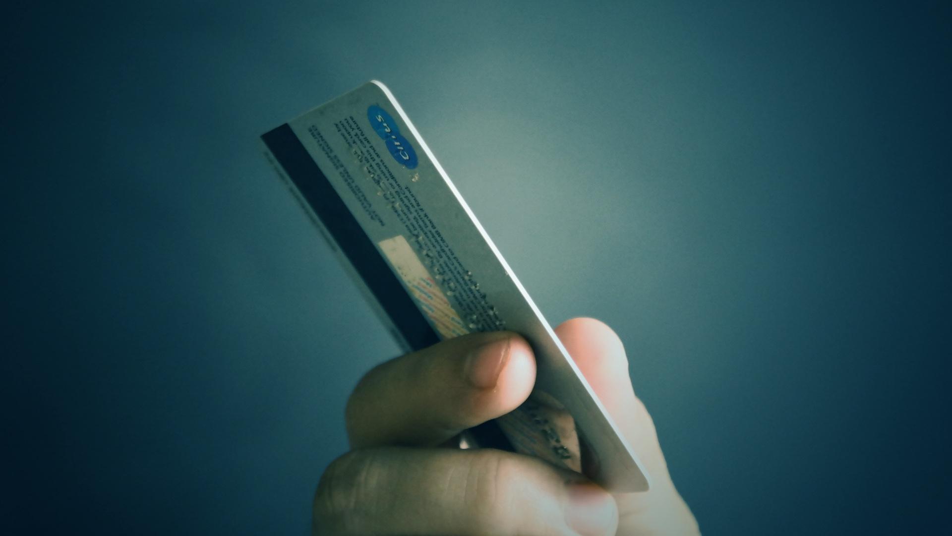 Une banque est contrainte de changer 12 millions de cartes bancaires à cause d'un leak rarissime